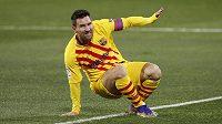 Fotbalista Barcelony Lionel Messi v duelu s Huescou.
