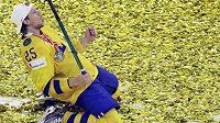 Zlatá euforie švédských hokejistů. Na snímku se na ledě kodaňské Royal Areny raduje Jacob de la Rose.