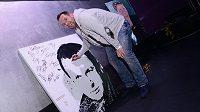Pavel Horváth podepisuje portrét bývalého plzeňského trenéra Pavla Vrby.