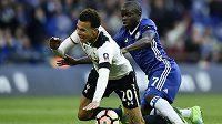 N'Golo Kanté z Chelsea (v modrém) v souboji s Dellem Allim z Tottenhamu.