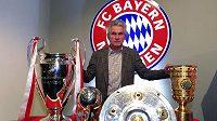Končící trenér Bayernu Mnichov Jupp Heynckes s trofejemi, které dokázal s bavorským celkem získat.