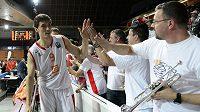 Nymburský basketbalista Jiří Welsch se zdraví s fanoušky po vítězném utkání se Sevillou.
