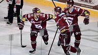 Zleva Robert Sabolič, Jaroslav Hlinka a Jan Buchtele oslavují vítězný gól ve čtvrtém semifinále s Třincem.