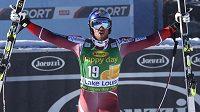 Aksel Lund Svindal se raduje z vítězství v superobřím slalomu Lake Louise.