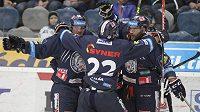 Hokejisté Liberce se radují ze vstřeleného gólu v chomutovské aréně.