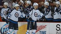 Útočníci Winnipegu Evander Kane (9) a Blake Wheeler (26) se radují z gólu proti Anaheimu.