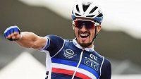 Francouz Julian Alaphilippe slaví svůj triumf v silničním závodu na cyklistickém MS v Imole.