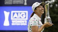 Japonka Hinako Šibunová se raduje z vítězství při své premiéře na okruhu LPGA.