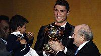 Hvězda Realu Madrid Cristiano Ronaldo a jeho syn Cristiano junior na galavečeru FIFA při převzetí Zlatého míče pro nejlepšího fotbalistu světa za rok 2013.