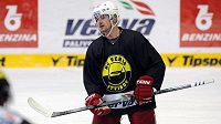 Útočník Jakub Petružálek už trénuje s hokejisty Litvínova.