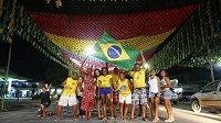 Brazilští fanoušci se fotí před obří německou vlajkou.