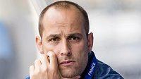Týmový lékař Petr Zeman sleduje trénink českých fotbalistů.