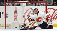 Český brankář ve službách Calgary David Rittich inkasuje gól na ledě Los Angeles Kings.