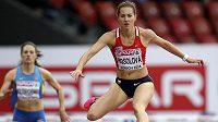 Denisa Rosolová si běží pro hladký postup z rozběhu závodu na 400 metrů překážek.