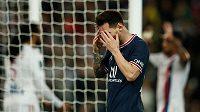 Lionel Messi z PSG po neproměněné šanci v duelu s Lyonem.