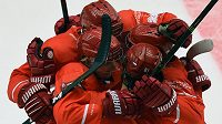 Hokejisté Třince se radují z postupu do čtvrtfinále Ligy mistrů. Pomohl jim k tomu i šestnáctiletý Adam Raška.