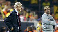 Trenér Arsenalu Arsene Wenger, v pozadí dortmundský Jürgen Klopp.