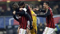 Mario Balotelli (vlevo) a jeho spoluhráči z AC Milán Riccardo Montolivo a Andrea Petagna se radují z výhry nad Hellasem Verona.