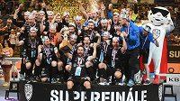 Premiéroví mistři. Florbalisté Mladé Boleslavi se radují ze zisku prvního extraligového titulu v historii klubu.