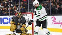 Český útočník Dallasu Stars Martin Hanzal se snaží prosadit před brankou Vegas Golden Knights během utkání NHL.