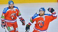 Útočník Lva Praha Jiří Novotný (vpravo) a obránce Nathan Oystrick se radují z gólu v play off KHL nad Záhřebem.