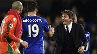 Spokojený trenér Chelsea Antonio Conte a útočník Blues Diego Costa po vítězství nad Stoke.