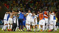 Fotbalisté Řecka slaví po vítězství nad Pobřežím slonoviny postup do osmifinále MS.