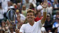 Rozesmátý Tomáš Berdych po vítězství nad Lucasem Pouillem ve čtvrtfinále Wimbledonu.