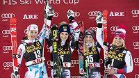 Zleva v obřím slalomu v Aare druhá Francouzka Anemone Marmottanová, vítězná Rakušanka Anna Fenningerová a společně třetí Švýcarka Lara Gutová a Eva-Maria Bremová z Rakouska.