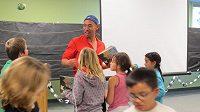 Denis Yang běhá a snaží se pomoc dětem, aby nebyly negramotné.