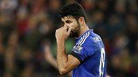 Diego Costa z Chelsea a jeho gesto směrem k Ryanu Shawcrossovi ze Stoke v utkání anglické ligy.