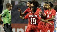Rozohnění fotbalisté Panamy poté, co jim rozhodčí Mark Geiger vyloučil ve 24. minutě utkání s Mexikem Luise Tejada (není na snímku).