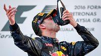Australský pilot Daniel Ricciardo pije šampaňské z vlastní boty po triumfu ve Velké ceně Malajsie.