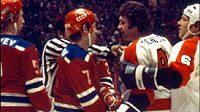 Hráči Philadelphie Dave Schultz a Moose Dupont si zjednávají respekt ruských hráčů.