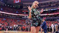 Eugenie Bouchardová pózovala při finále NBA v Torontu.