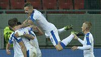 Slováci skáčou do nebes... Radost během zápasu se Švýcarskem.