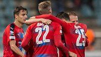 Fotbalisté Viktorie Plzeň oslavují vítězství 1:0 na Dukle.