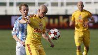 Fotbalista Dukly Hašek si kryje míč před boleslavským Chramostou v utkání 27. kola Gambrinus ligy