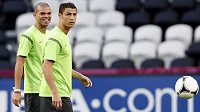 Fotbalisté Pepe (vlevo) a Cristiano Ronaldo na tréninku portugalského týmu
