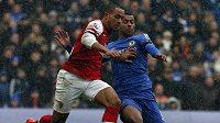 Obránce Chelsea Ashley Cole (vpravo) se snaží zastavit Thea Walcotta z Arsenalu.