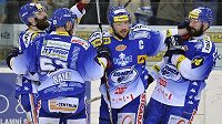 Brněnští hokejisté se radují z vyrovnávacího gólu proti Pardubicím v šestém finále.