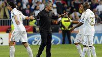 Trenér Mourinho gratuluje svým svěřencům Sammy Khedirovi (vlevo), Marcelovi a Lassanu Diarovi k vítězství nad CSKA a postupu do čtvrtfinále Ligy mistrů.