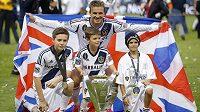 David Beckham oslavuje spolu se synem (zcela vlevo) titul.