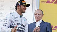 Ruský prezident Vladimir Putin tleská Lewisi Hamiltonovi k jeho triumfu v závodu v Soči.