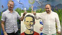 Bývalý hokejový brankář Dominik Hašek (vlevo) a majitel Muzea Lega Miloš Křeček odhalili gólmanův portrét sestavený z kostek lega.