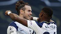 Gareth Bale (vlevo) pomohl fotbalistům Tottenhamu k vysoké výhře nad Burnley dvěma trefami. Blahopřeje mu spoluhráč Serge Aurier.