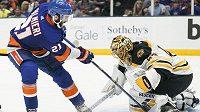 Bostonský brankář Tuukka Rask (40) a Kyle Palmieri (21) z NY Islanders