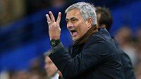 Manažer Blues José Mourinho udílí pokyny svým hráčům.