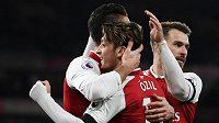Fotbalisté Arsenalu oslavují gól Mesuta Özila do sítě Huddersfieldu.