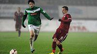 Marek Matějovský ze Sparty (vlevo) a Vojtěch Kubista z Jablonce během utkání 16. kola Gambrinus v Jablonci nad Nisou.